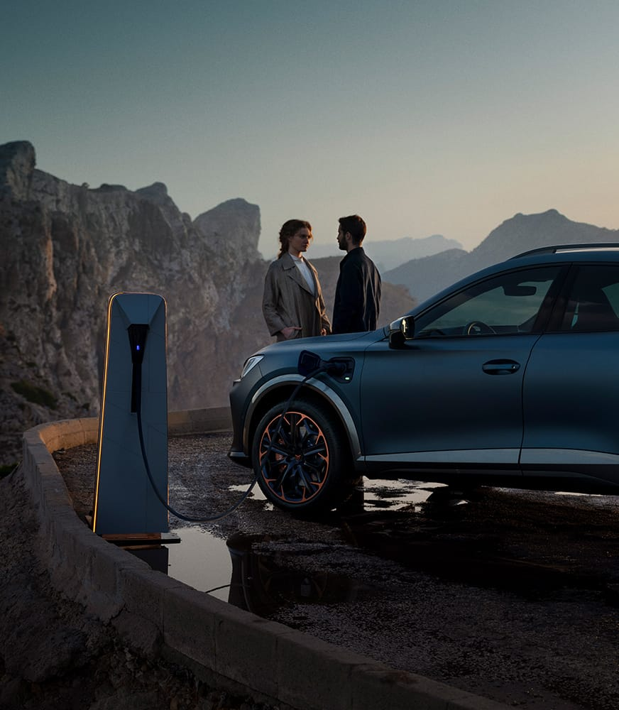 Couple%20using%20CUPRA%20CHARGER%20CONNECT%20public%20charging%20point